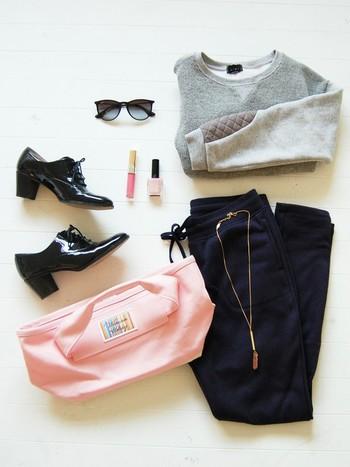 メンズライクなコーデにピンククリスタルを合わせて、ちょっぴり女の子らしさをプラス◎バッグもピンクでお揃い!甘辛大人カジュアルで、バランスよくまとまっています。