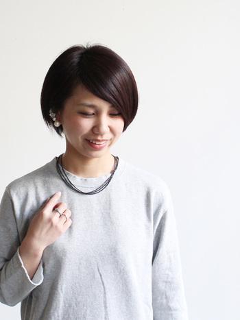 やっぱりシンプルが好き!という人におすすめな、無駄のないデザインが素敵なネックレス達。シンプルな服装に自然と馴染む、とっておきを身につけましょう。【画像は、真鍮の3連ネックレス。】