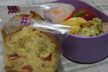 沢山の野菜を入れて作ったケークサレ。お弁当に丁度いいサイズです。ラッピングして持っていけば、皆の羨望の的になるかも?