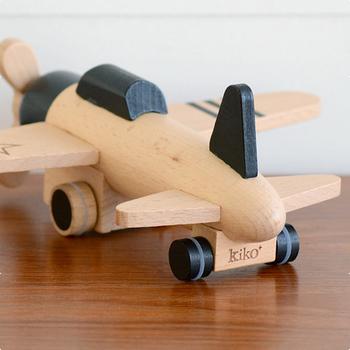 「kiko+」は2011年にフランス・パリで行われた国際的な展示会でデビューしました。ブランドプロデューサーと外部のプロダクトデザイナーにより、今までなかったような鮮やかなカラー、ワクワクする形の木のおもちゃを生み出しています。