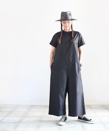 ビッグシルエットのオールインワンは「全体的に大きく見えそう・・・」と思う人もいるのでは。帽子でトップを締めてあげることで、頭からつま先までまとまります。