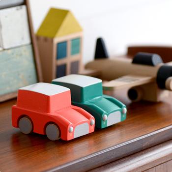 こちらもkiko+のくるまのおもちゃ。kiko+らしいビビッドなカラーとルーフのツートンカラーがポイントです。デザインもレトロな形でとても可愛いので、男の子だけでなく女の子も遊べそうです。