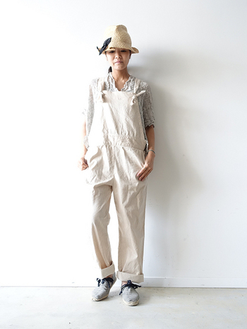 肩ひもにリボンのあるオールインワン。同系色の帽子はダークカラーのリボン付きで引き締めて、靴と一緒にアクセントに。