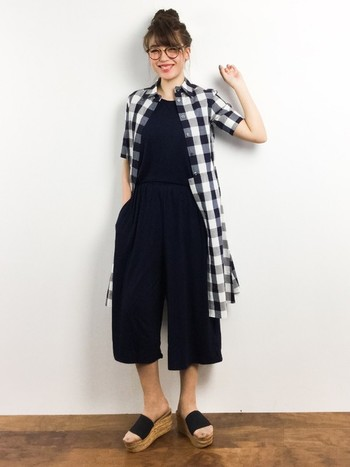 【シャツワンピース】まっ黒オールインワンに、モノトーンコーデでシャツワンピを羽織る上級テク♪可愛らしくまとまって◎