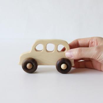 イギリスのタクシーがモチーフになっているというタクシーカー。なんともいえない丸みのあるフォルムで大人も思わずほっこりしてしまいます。お子様の小さな手でもつかみやすいデザインになっているので、赤ちゃんでも上手にニギニギできます。もちろんなめてしまっても大丈夫。