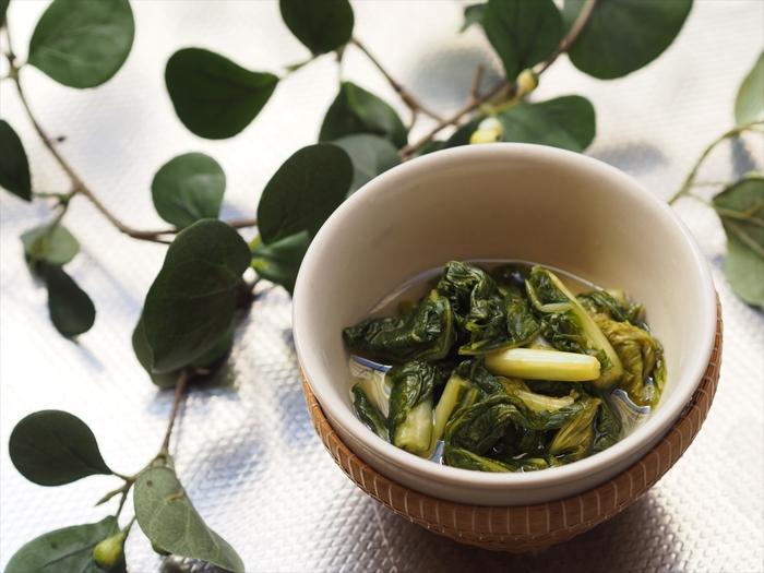 「大和の伝統野菜」のひとつ「大和まな」は、シャキシャキとした食感の青菜で、葉野菜の中でもダントツのカルシウム含有量を誇っています。また、大和まなに含まれるグルコシノレートは脂肪の吸収を抑制する効果があり、是非食事と一緒に食べてほしいお漬物です。
