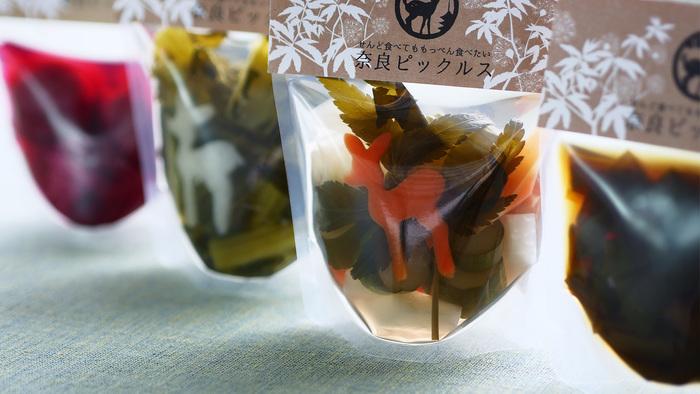 奈良ピックルスは古都、奈良に誕生した新しいお漬物のプロジェクト。奈良の美味しいものを発信するべく2016年4月に産声を上げました。古くからの伝統食であるお漬物を「ピックルス」という新しい形で生まれ変わらせ、奈良県産の野菜やお酢にこだわって作りあげられています。パッケージの中に浮かぶ可愛い鹿の形も奈良をイメージさせる遊び心。素材のこだわりは味の良さと、体への思いやりにもつながっています。