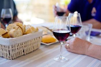 じつはとてもシンプルで、気軽に楽しめるフランスの家庭料理。普段の献立にも、おもてなしメニューにも取り入れてみてはいかがでしょうか。そのとき、フランスの食卓に欠かせない美味しいバゲットとワインも是非ご一緒に。お料理はより美味しく、会話も弾み、食卓がよりいっそう明るく和やかになるでしょう。お料理と同じくらい会話を楽しむ、フランス式の食卓をゆったりと楽しんでみてください。
