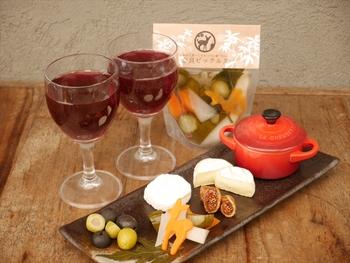 人気商品、大和トウキの入った「ミックス」ピックルス。キュウリや人参がトウキの風味をまとって美味しく漬けこまれています。ワインやチーズと合わせてもベストマッチ!食べ終わった後のビネガーも余さずお料理に使えます。