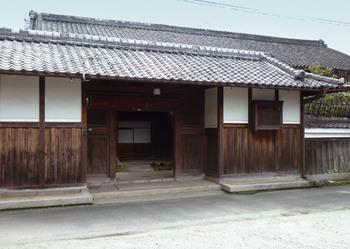 奈良ピックルスでは調味料も奈良県産のこだわりのものを使用しています。お酢は奈良県橿原市の「ミヅホ酢」を使用。国産米で作られた純米酢と酒かすを原料に、吉野杉の大桶で寝かせた旨味の溢れる穀物酢が味のベースになっています。