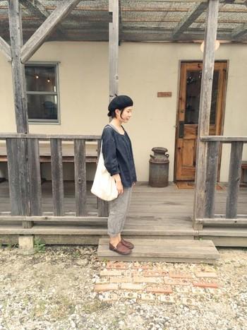 シンプルなトップス×パンツスタイルには、小物で自分らしさをプラスして。ベレー帽とオーロラシューズ、白トートで、かわいらしくナチュラルな雰囲気に仕上がっています。