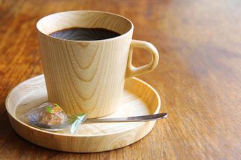 旭川で創業したブランドの高橋工芸。まるで紙のように薄くて軽い「KAMIシリーズ」のマグカップは、木をくり抜いて作られています。木は熱を伝えにくいので、温かい飲み物も冷めにくいのが特徴です。一つ一つ違う木目も楽しめます。同シリーズのプレートと合わせて。