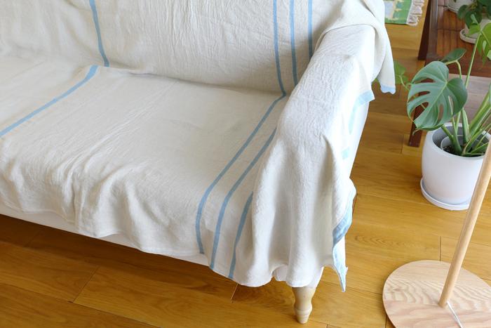 お部屋に清潔感を与えてくれるライトブルー。長めのソファチェアも、すっぽり収まるサイズ。ナチュラルな木製家具とも相性◎