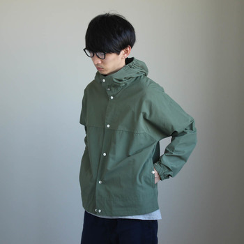 YAECAの代名詞ともいえるフードシャツは、インナーとしても、アウターとしても活躍します。