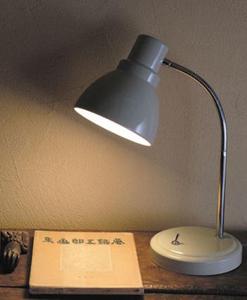 レトロな佇まいがなんとも素敵なデスクライトは、ベッドサイドにおいて、読書をしたり日記を書く際の気分を上げてくれそうです。それもそのはず、1895年創業の老舗照明製造メーカー「後藤照明」と、岡山県の倉敷を拠点に活動する雑貨メーカー「倉敷意匠」のコラボアイテムなんです。