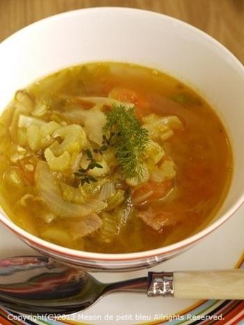 普通のスープじゃ物足りないという人に香辛料たっぷりのカレー粉を入れたスパイシーなカレースープ。ベースはコンソメです。