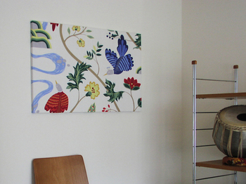 """【bird land(バードランド)】 緑が茂り花も咲く木立の中、せせらぎを見下ろす鳥。 北欧の豊かな自然を感じさせてくれるようなこのデザインは、boras cottonの中でも""""幸せの象徴""""として人気の高いテキスタイルとなっています。 たくさんの色を使用していますが落ち着いた色合いなのでお部屋にスッと溶け込み、主張しすぎないのでさりげなく華やかな雰囲気を演出してくれますよ◎"""