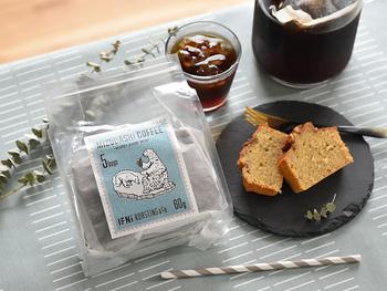 【水出しコーヒー】 ユーモラスでかわいいパッケージに包まれているのは、静岡市の小さなコーヒーショップ「IFNi ROASTING & CO.」の、水に漬け込むだけで簡単に本格的なアイスコーヒーが作れるコーヒーバッグ。 コクと甘みがありながら、すっきりとした飲み口です。水の量や抽出時間を調整して、お好みの味わいを楽しんでくださいね。