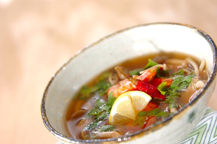 エスニック料理が大好きな人におすすめなトムヤンクン風スープ。ちょっと刺激が欲しいときにいいですよね。お好みの辛さに仕上げましょう。