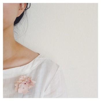 あじさいのクリップ・コサージュ。手染めの布でひとつひとつ丁寧に作られた、優しく繊細なあじさいが目を奪われます♪季節に合ったコサージュをつけて楽しむのも、情緒が感じられて素敵ですね。