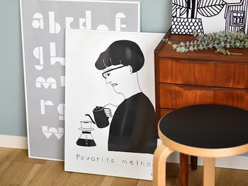 【ポスター】 「CasaBRUTUS」「CREA」といった雑誌でも挿画を手掛けるイラストレーター、yachiyo katsuyama氏とコラボして作られたオリジナルポスターは白黒のみを使って描くイラストが特徴的。全部で7種類あり、どれもコーヒーにまつわる素敵な絵柄ばかりです。 無機質なのに愛らしい独特の作風が、一度見たら心をぐっと掴まれます。