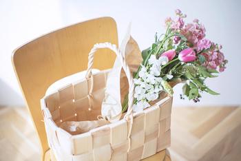 バスケットを持ってお買い物に行ったら、そのままインテリアとして使ってみるのはいかがでしょうか?常温保存できるフルーツや野菜を入れておくだけでとっても可愛い収納に早変わりですね。