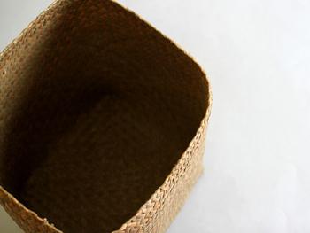 原産地のタイではガチューと呼ばれる水草を編んで作る深めのかごは、水草の良い香りでリラックス効果も期待できそうです。
