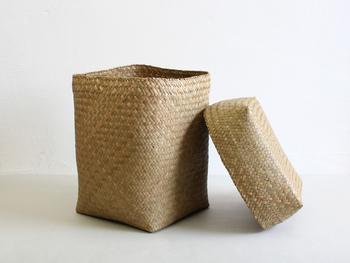 長く心地よく使い続けることができるものを提案してくれるババグーリからは、水草を編んだ蓋つきのかごが届きました。