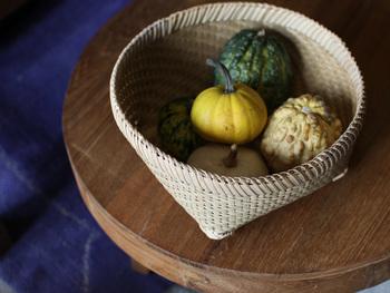 Mサイズのザルには、野菜やフルーツなどを入れるのにもおすすめ♪そのままテーブルに出しておいても可愛いインテリアになってくれます。Sサイズのザルはアクセサリーや雑貨など細々したものを入れるのにも便利です。