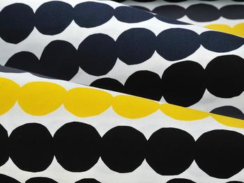 """【RASYMATTO(ラシィマット)】 フィンランドの伝統的な""""裂き織り""""という方法で織り上げたマットがモチーフになっているデザイン。 不規則な形のドットが、絶妙な配色で規則正しく配列されていて、シンプルながらもレトロでモダンな雰囲気があり、リズム感のある飽きのこないデザインです。"""