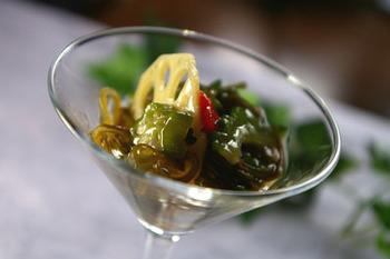 デトックスティーとして人気のプアール茶で海藻独特の臭みを消して。おしゃれな器に入れるとおもてなしにもgood。