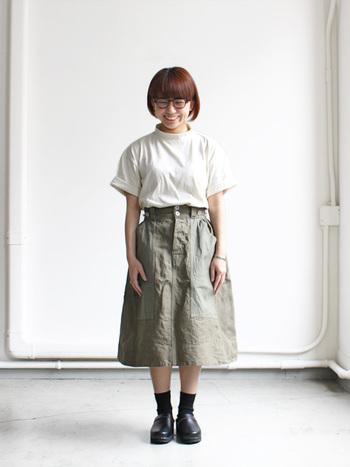 リラックス感のあるモックネックは、裾をロールアップしてこなれ感を出して。ワイドパンツやスカートと合わせてバランスの良い着こなしを。