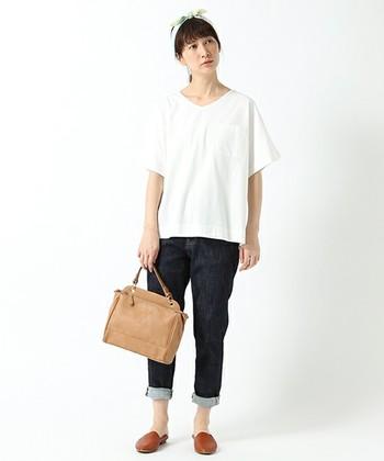 夏に真っ白なシャツは爽やかで涼しげですよね。オーバーサイズなので首元もスッキリ、二の腕やお腹周りのシルエットも拾わず体型カバーにもなっています。