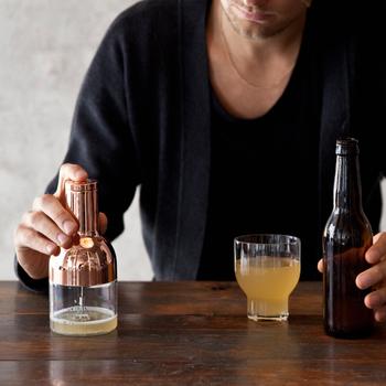 使い方はとても簡単。ビアフォーマ―容器の「MAX」と書かれているラインまでビールを注ぎ、ビールグラスにもグラスの3/4ぐらい注いでおきます。容器にビアフォーマ―本体をセットしてスイッチを入れ20~30秒ほど運転して泡立たせ、グラスのビールの上に静かに注いで出来上がり♪