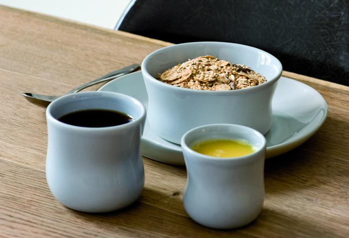 デンマークのブランドKahler(ケーラー)のマノカップは、ユニークなフォルムと北欧らしい色合いが特徴です。独特の曲線は、手に持つと、しっかりと馴染みます。大容量なので、コーヒー以外にもスープなどを入れてもOK。