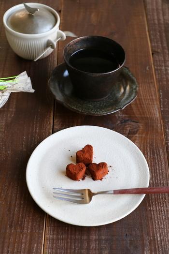 お豆腐のコクとラムの香りがチョコの風味を引き立ててくれます。いつもの生チョコの生クリームとバターの代わりにお豆腐で作っているので驚きのヘルシー生チョコです。