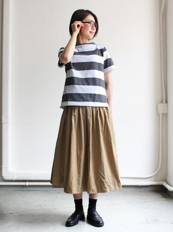 大きめ幅のワイドボーダーはどんなアイテムとも相性が良く、メリハリのある着こなしに見せてくれます。ナチュラルなスカートやパンツでも素敵に着こなせますよ。