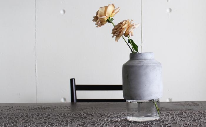 上部は頑強なコンクリート、下部は繊細なガラスの組み合わせの花瓶。無機質な色合いとシンプルな形ですが素材の組み合わせの妙に惹きつけられます。