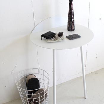 片側を壁に立てかけて使う2本脚のテーブル。飾り棚として使ったり、サイドテーブルとして使ったり、玄関やリビング、寝室などいろいろな場所で活躍してくれます。