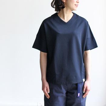 小顔に見せたい女子は多いですよね。そんなときは、首回りをすっきりさせることが一番です。VネックのTシャツは顔周りをシャープに顔も小さく見せてくれます。