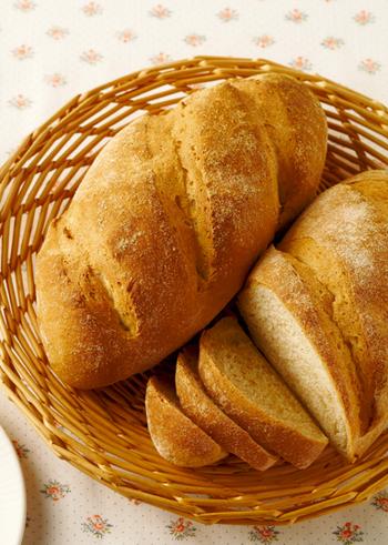 はじめにご紹介するのは、一次・二次発酵させて作る本格的なパンのレシピです。シンプルな材料で作る全粒粉ブレッドは、素朴な味わいと香ばしさが美味。外はパリパリ、中はふっくらの美味しいパンをぜひご堪能ください♪
