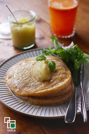 簡単に作れて栄養満点な全粒粉のパンケーキは、時間のない朝にぴったりの一品。もちフワな食感と、全粒粉の香ばしさもたまりません♪お酢を入れることでベーキングパウダーから炭酸ガスが発生し、フワッと美味しく仕上がります。