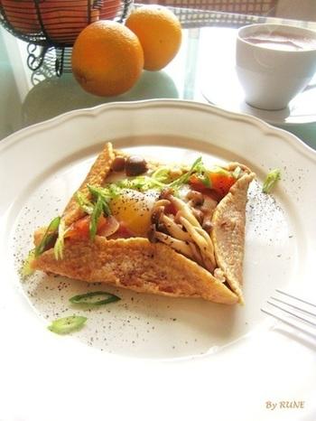 具材たっぷりのガレットも、朝食にぜひおすすめのメニューです。全粒粉で作った生地は、カリッとした食感と独特の風味がクセになる美味しさ!具材の卵は黄身がトロリと仕上がるよう、蒸しすぎないのがポイントです。