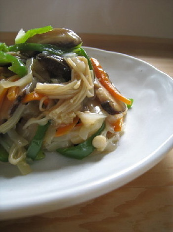 砂糖多め、醤油とオイスターソースで隠し味をプラス!しいたけの戻し汁も入って、味わい深い仕上がりに。冷蔵庫にある残り野菜などを使っても美味しく作ることが出来ますよ!