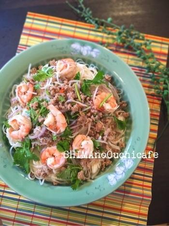 熱い夏にぴったり!タイのピリ辛エビの春雨サラダ。 ちょっと太めの麺を使って、主食として楽しむのも◎。辛いのが好きな人は唐辛子多めに!とっても辛いのが好きな人は、唐辛子のタネも一緒に加えると、さらに辛さがUPします。