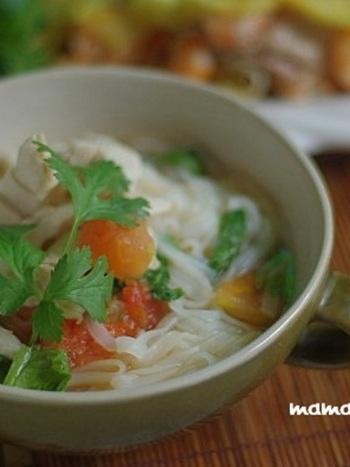 ベトナムの代表的な味が楽しめる一品。鶏肉とトマトでとってもシンプル&ヘルシーに。香味野菜も添えて!食欲の無いときでもサラッと頂けます。