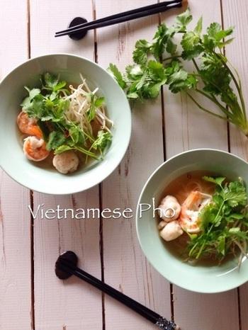本場のフォーは、主に牛骨をコトコトと長時間煮込んでスープを作るそうですが、韓国の牛出汁『ダシダ』を使えば、手間暇かけずに美味しいスープが完成! プリプリエビの触感も楽しめる一品。