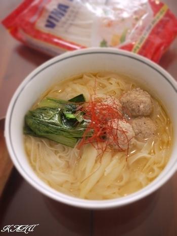 お水に中華だし(ウェイパー)でスープをつくり、隠し味にナンプラー、豆板醤で辛さを調節します。鶏団子を作る時にミントを加えることでベトナム感がUP!す。