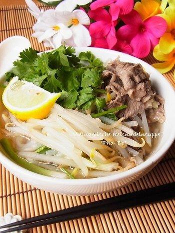 ベトナム料理のフォーボー(牛肉のフォー)を、薄切り肉を使うことでお手軽に!たっぷりのお野菜と、ボリュームのある牛肉のうま味がスープに溶け込みます。あっさりやさしいお味の一品はレモンを添えてさっぱりと頂くのがおすすめ。