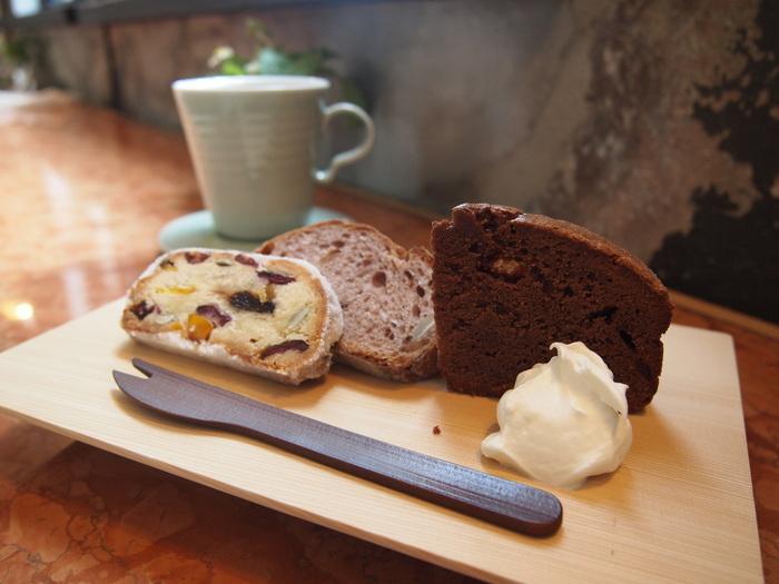 市内中京区にある人気のパン屋さん「HANAKAGO(ハナカゴ)」のシュトーレン・ガトーショコラ・赤ワインのパンの3種が盛られたセット。カトラリーは「公長斎小菅(こうちょうさいこすが)」によるオリジナル。